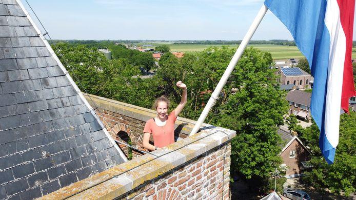 Dubbelfeest voor domineesdochter Lotte uit Schoonrewoerd. Ze viert haar 18de verjaardag en ze is geslaagd. Haar vader hing daarom voor haar de vlag bovenop de kerk.