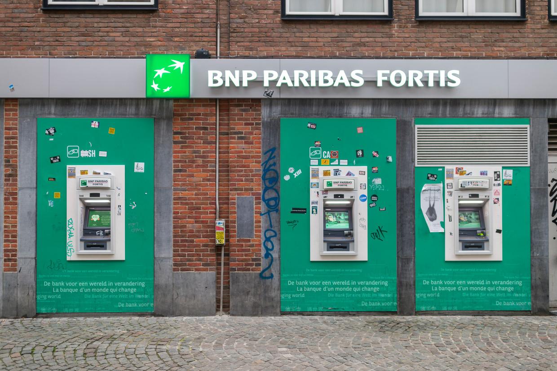 Een reeks geldautomaten in Antwerpen.  Beeld Klaas De Scheirder