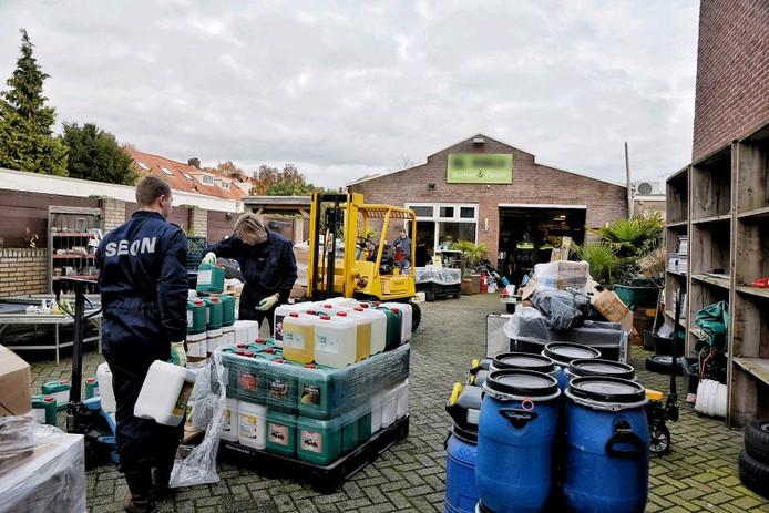De inval in het tuincentrum aan de Trouwlaan in Tilburg, dat volgens de gemeente spullen verkoopt voor de hennepteelt.