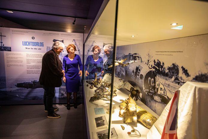 Piet Snijders en Jolijn Brouwers bij de expositie 'Death Valley De Peel'.
