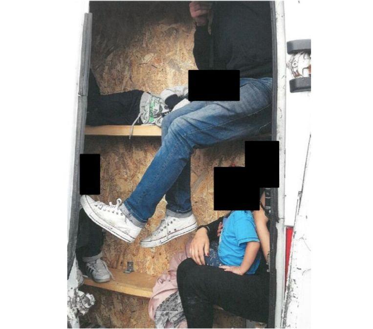Mensensmokkelaars hebben migranten verstopt in kleine ingebouwde ruimtes in vrachtwagens. Beeld rv