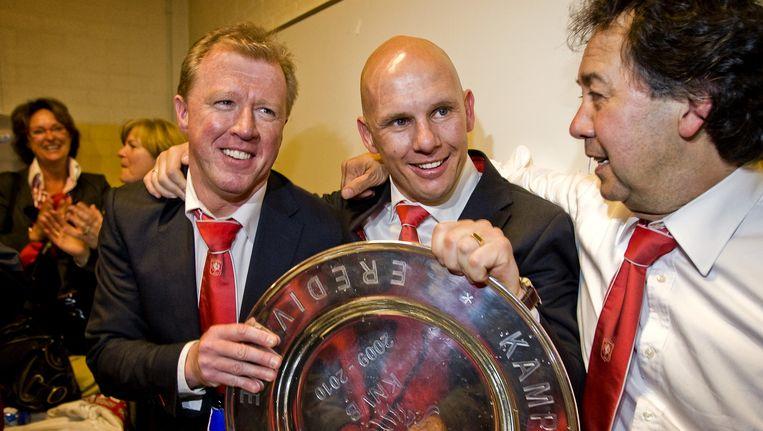 Coach Steve McClaren, Jan van Halst en voorzitter Joop Munsterman (VLNR) van FC Twente vieren het kampioenschap in 2010 Beeld anp