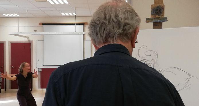 Coen, cursist bij Beeldkracht, tekent danseres Saskia