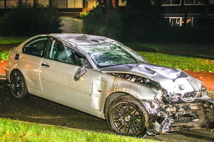 Een ravage op de Kennedylaan in Papendrecht, waar een automobilist in de nacht van zaterdag op zondag een lantaarnpaal ramde en vervolgens op zijn kop terecht kwam.