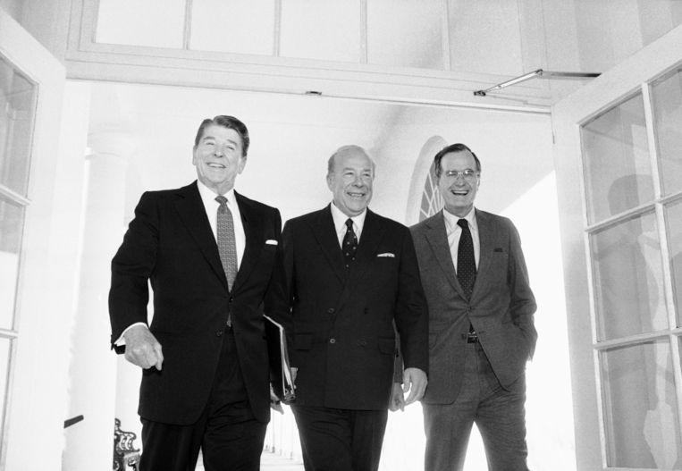 Shultz, met links de toenmalige president Ronald Reagan en rechts diens vicepresident George Bush.   Beeld AP