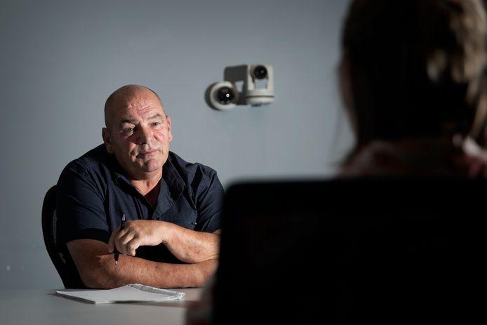 Ad Verhorevoort in de verhoorkamer op de Mathildelaan in Eindhoven, met achter hem de dubbele camera.