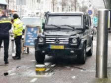 Gepantserde auto van de marechaussee is niet bestand tegen verzinkbare paal