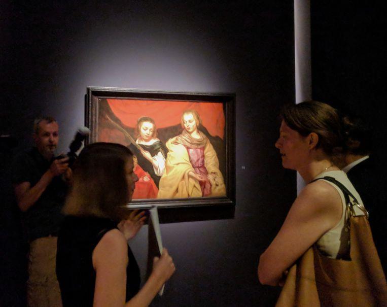 Antwerps cultuurschepen Caroline Bastiaens (CD&V) op de expo 'Michaelina: leading lady van de barok'.  Beeld BELGAONTHESPOT