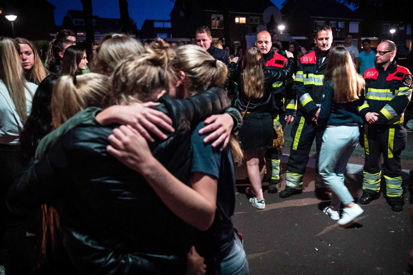Brandweerlieden die hulp hebben geboden na het ongeluk tussen een trein en de bakfiets, waarbij vier kinderen zijn omgekomen, bezoeken de spontane herdenking nabij de spoorwegovergang.