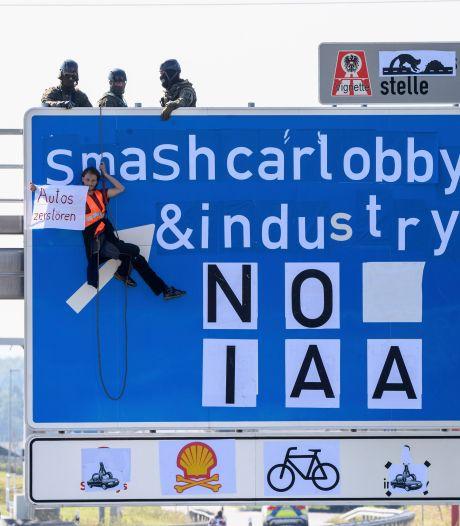 Milieuactivisten voeren actie op wegen naar autosalon van München