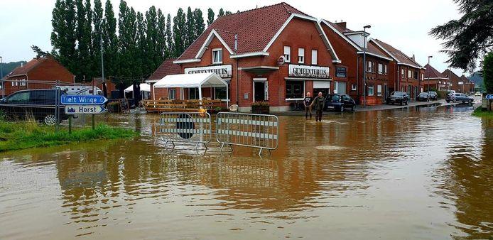 De Tieltseweg in Rillaar ter hoogte van het Gemeentehuis liep onder meer onder water.