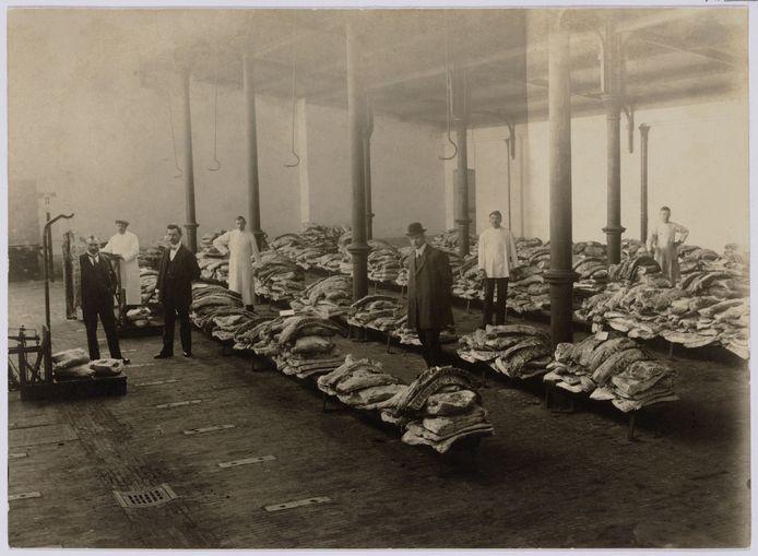 Vleesdistributie tijdens de Eerste Wereldoorlog. De foto werd genomen in de boterhal naast het gemeentehuis. Foto Regionaal Archief Tilburg.