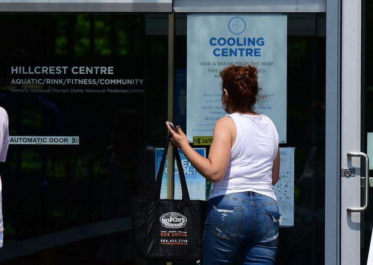 Een vrouw zoekt wat verfrissing in een van de 25 koelingscentra die de stad Vancouver oprichtte. Beeld AFP