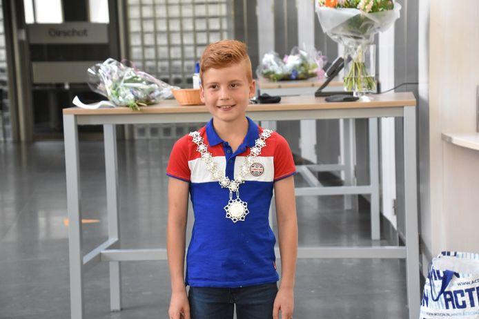 Bram Gerritsen (10) uit Spoordonk is de nieuwe Jeugdburgemeester van Oirschot. De officiele installatie volgt in september. Hier draagt hij de ambtsketen van burgemeester Judith Keijzers-Verschelling.