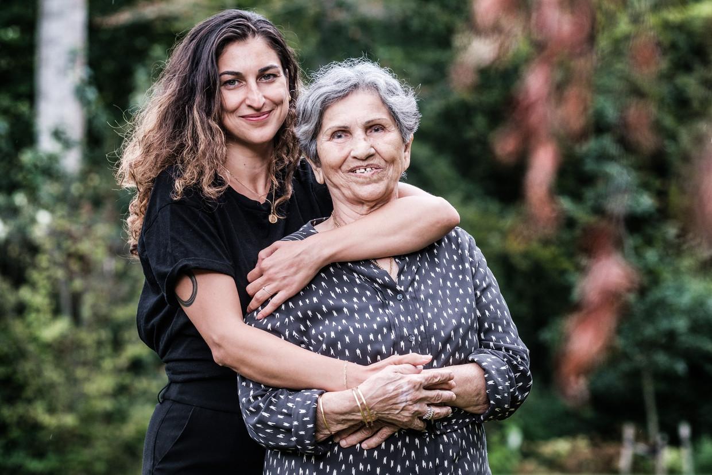 Sachli Gholamalizad en haar oma Zeynab Hamedani Mojarad. 'Constant samen zijn, dat is voor ons heel normaal. Zo gaat dat in de Iraanse cultuur.' Beeld Bob Van Mol