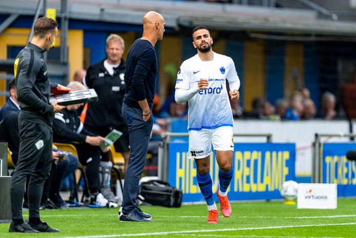 De verhoudingen bij Vitesse, in dit seizoen. Thomas Letsch laat Oussama Tannane invallen tegen RKC Waalwijk.