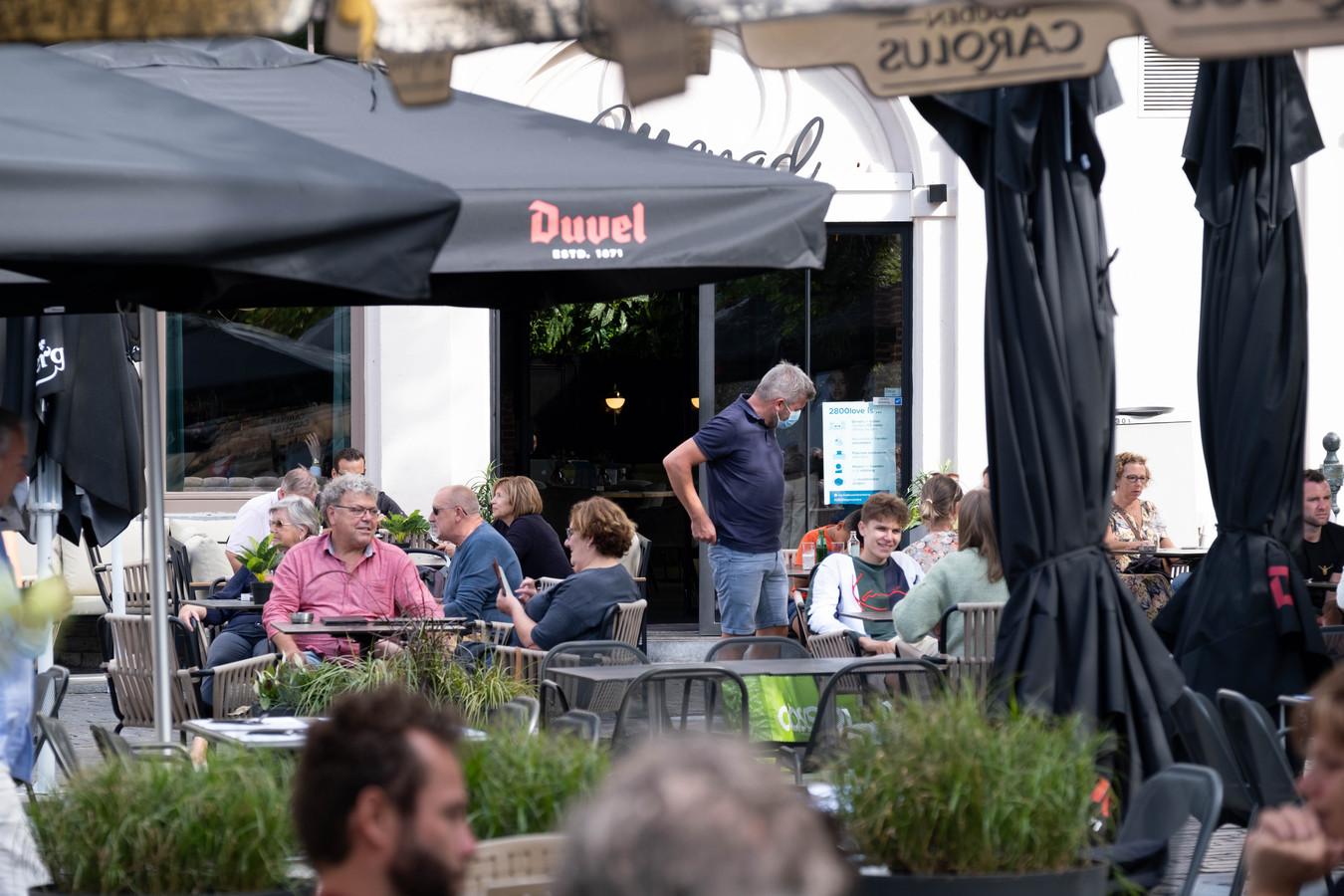 Archiefbeeld van terrassen op de Vismarkt in Mechelen