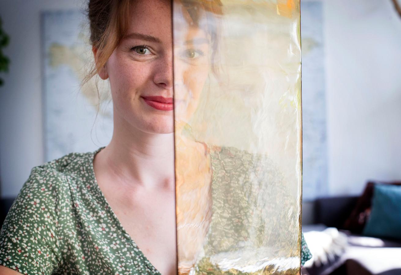 Ellen van Dijk met een stuk van het glas waarop ze haar brandschilderingen maakt.