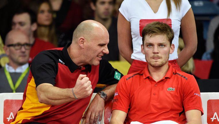 Davis Cup-kapitein Johan Van Herck moedigt David Goffin aan. Beeld Photo News