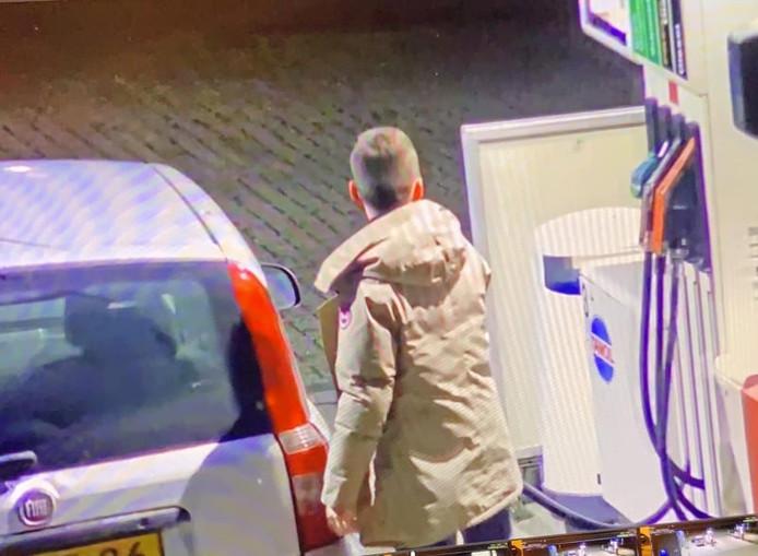 Beelden van Max Meijer in de beige jas die hij droeg tijdens de nacht van zijn verdwijning.