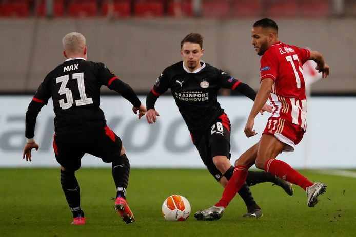 Olivier Boscagli (midden) viel vorige week uit in het duel met Olympiakos.