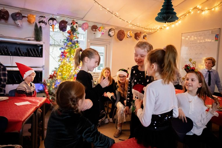 Kerstontbijt bij groep 6, met meester Huib de Boer, van de Gooilandschool in  Bussum.  Beeld Bram Petraeus