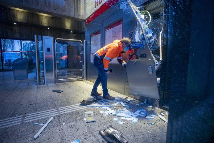 Bij een metrostation in Amsterdam werd een kaartjesautomaat opgeblazen met een zwaar explosief. (archiefbeeld)