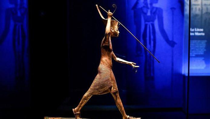 """Une statuette du pharaon Toutankhamon montrée lors de l'exposition """"Toutankhamon, le Trésor du Pharaon"""" en cours à la Grande Halle de La Villette à Paris."""