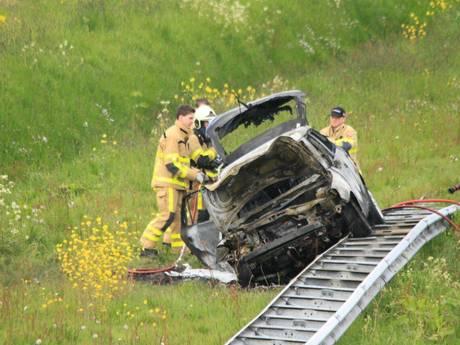 Twee gewonden bij autobrand langs A50 bij Apeldoorn