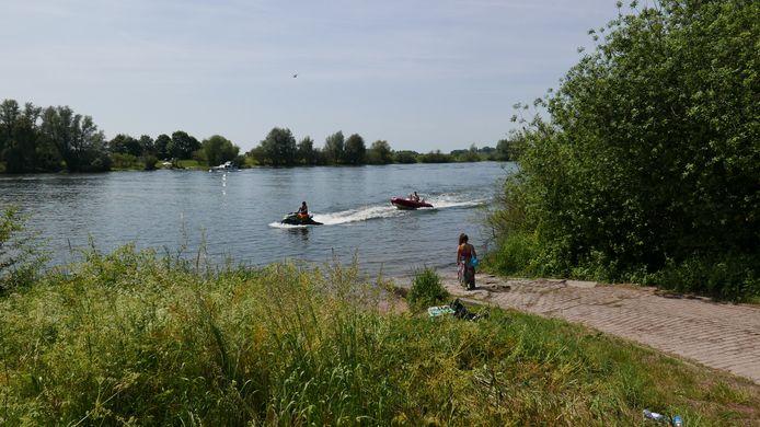 Bij de Wellsedijk in Well worden op een zonnige dag tientallen boten, waterscooters en jetski's te water gelaten.
