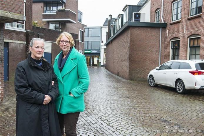 Lies Koster (links) en Mieke Droste hebben zich ingezet voor de plaatsing van Stolpersteine in Oldenzaal. Van de eerste twintig gedenkstenen worden er 27 oktober drie in de Hofstraat gelegd.