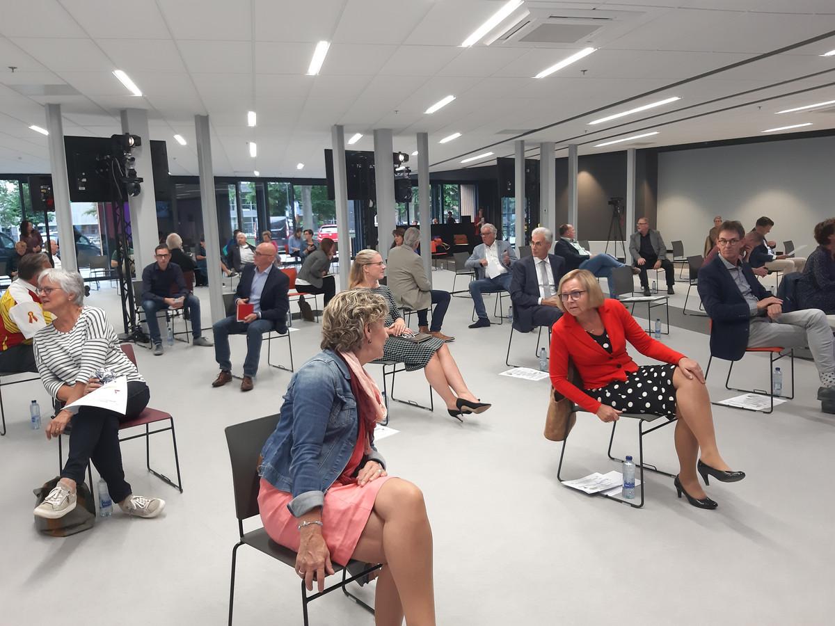 Een onderonsje tussen de burgemeesters Corry van Rhee-Oud Ammerveld van Druten (met spijkerjack) en Marijke van Beek van Wijchen (met rood jasje), voorafgaand aan de gezamenlijke vergadering van de twee gemeenteraden.
