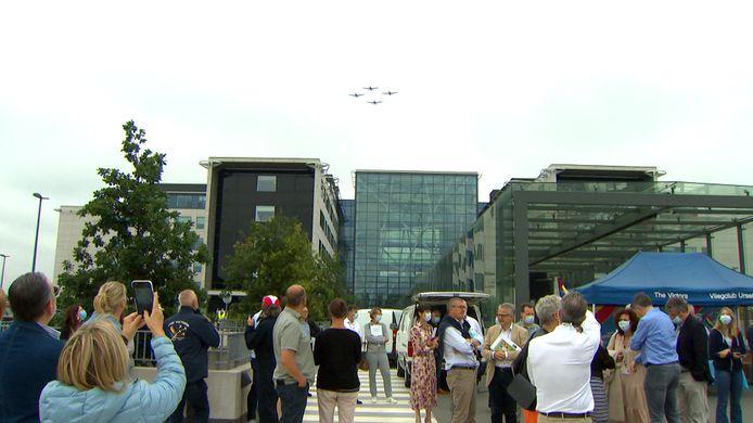 Formatieteam The Victors heeft een luchtshow gegeven voor het personeel van de rusthuizen en het AZ Alma in Eeklo.