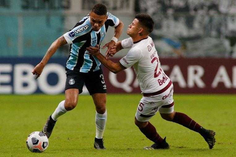 Bernabeí (rechts) in duel met Luiz Fernando van het Braziliaanse Gremio, in een wedstrijd uit het toernooi om de Copa Sudamericana. Beeld AFP