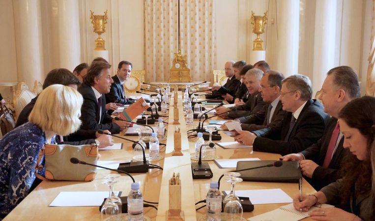 Robert Dresen (links achter) aan tafel bij Koenders en Lavrov.  Beeld Ministerie Buitenlandse Zaken