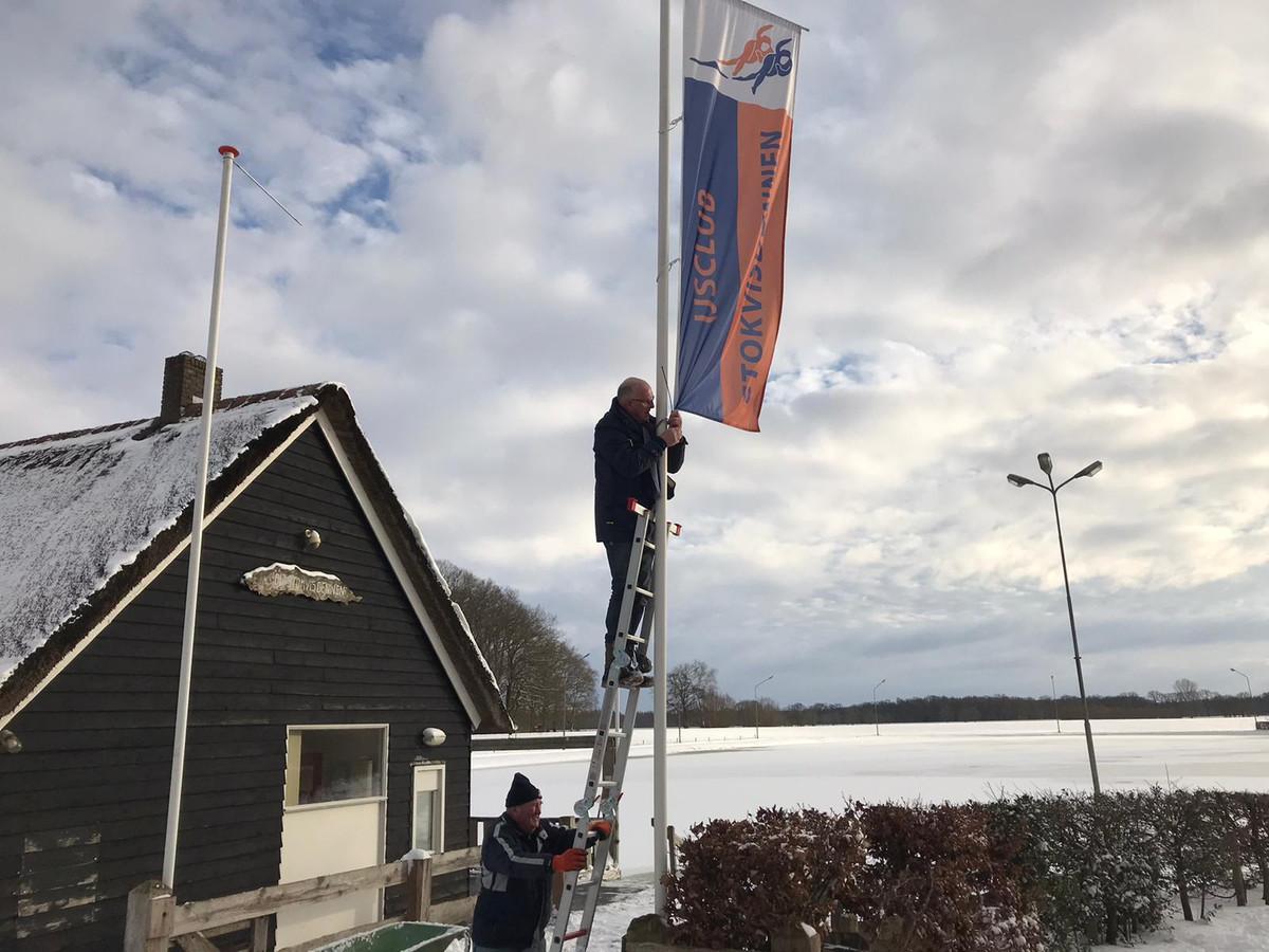 Bestuursleden Derk Jan Wennemars (beneden) en Bert van Leussen maakten vorige week de baan in gereedheid voor een paar fijne schaatsdagen.