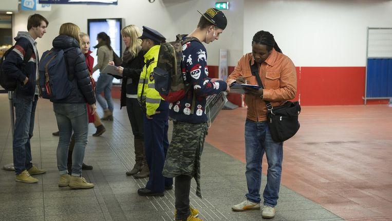 Spijbelambtenaren en politieagenten houden controles in de Amsterdamse metro. Beeld Elmer van der Marel