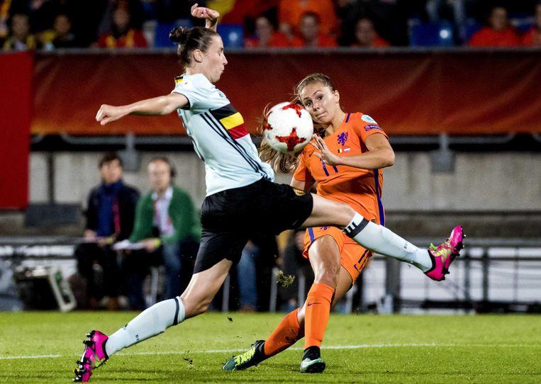 Lieke Martens in duel met de Belgische Heleen Jaques tijdens de wedstrijd van gisteren. Beeld EPA