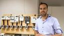 Promovendus Tom Hartman uit Rossum onderzoekt  aan de Universiteit Twente hoe 24 in Europa gangbare slimme meters reageren op de schakelaar en dimmer van Chris Kuipers.