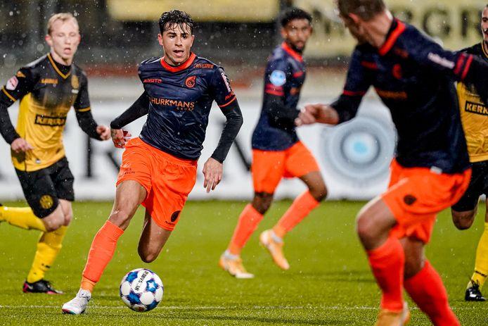 Lazaros Rota van Fortuna Sittard aan de bal tijdens de gewonnen wedstrijd tegen Roda JC.