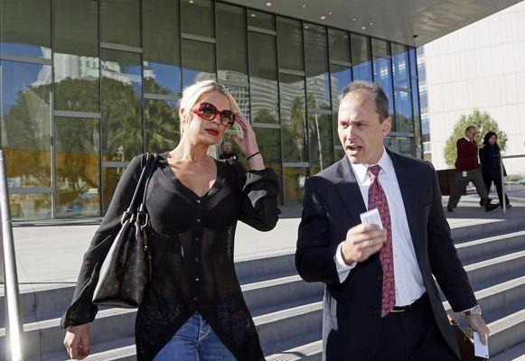 Chloe Goins samen met haar advocaat toen ze het politiebureau in Los Angeles verliet.