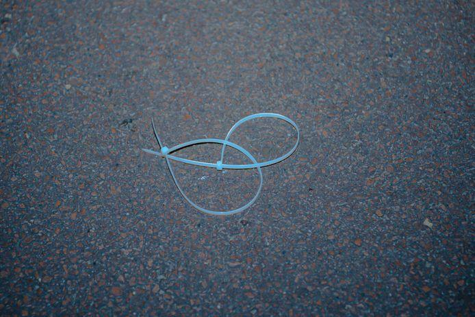 De gevonden tiewraps op straat.