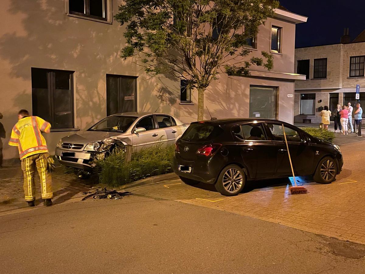 De zwarte Opel botste tegen de geparkeerde grijze Opel in Rumbeke.