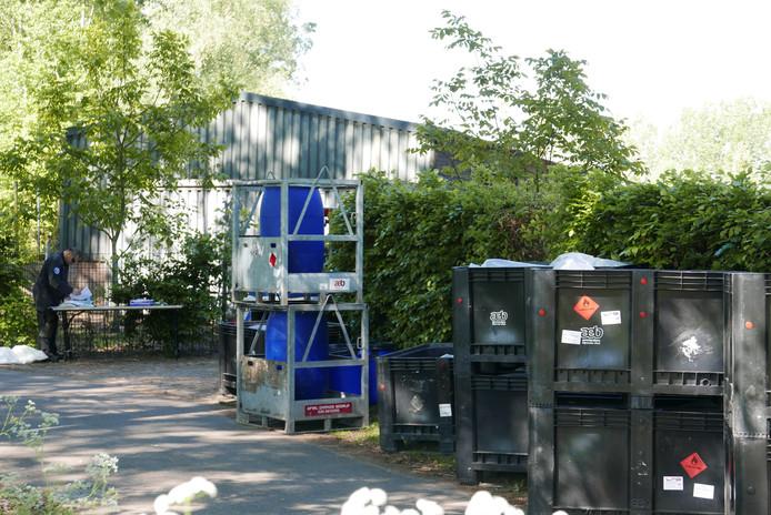 Het gespecialiseerde bedrijf Seon is betrokken bij de ontmanteling van het grote drugslab in het buitengebied van Liempde.