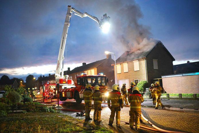 De brandweer is druk bezig met blussen.