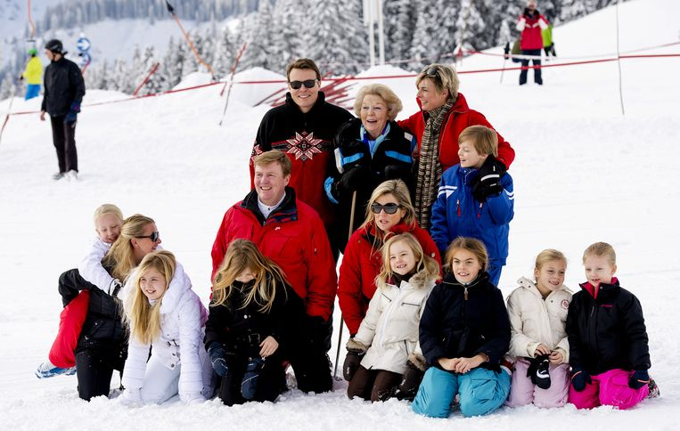 De koninklijke familie poseert tijdens de wintersportfotosessie in Lech vorig jaar. Beeld anp