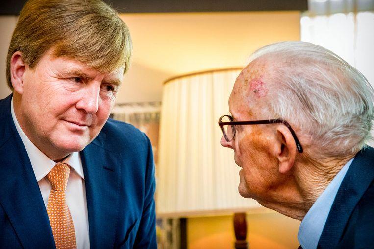 Koning Willem-Alexander brengt een bezoek aan Stichting De Tijdmachine in woonzorgcentrum Nieuw Groenland. Beeld anp