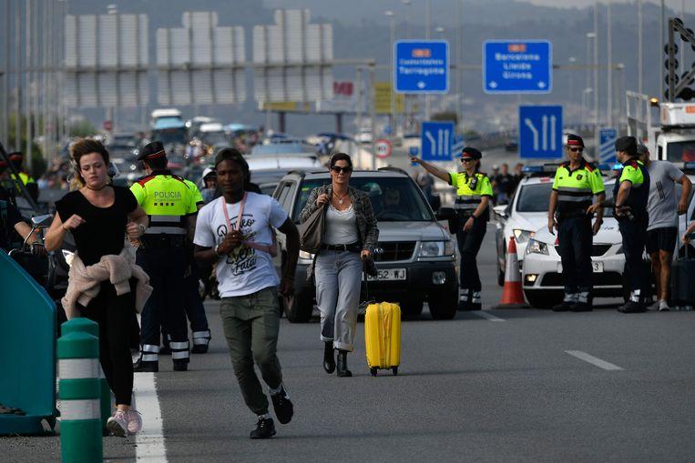 Het verkeer naar de luchthaven is geblokkeerd, ook reizigers kunnen er niet meer door. Beeld AFP