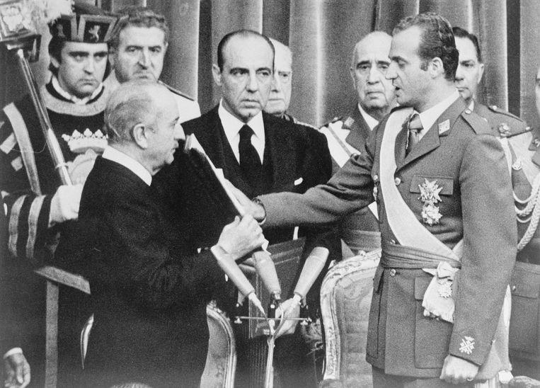 Juan Carlos tijdens zijn kroning.  Beeld Bettmann Archive
