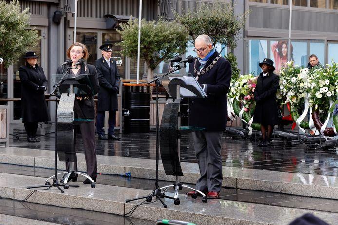 Anne Vegter en Ahmed Aboutaleb lezen samen een stadgedicht voor